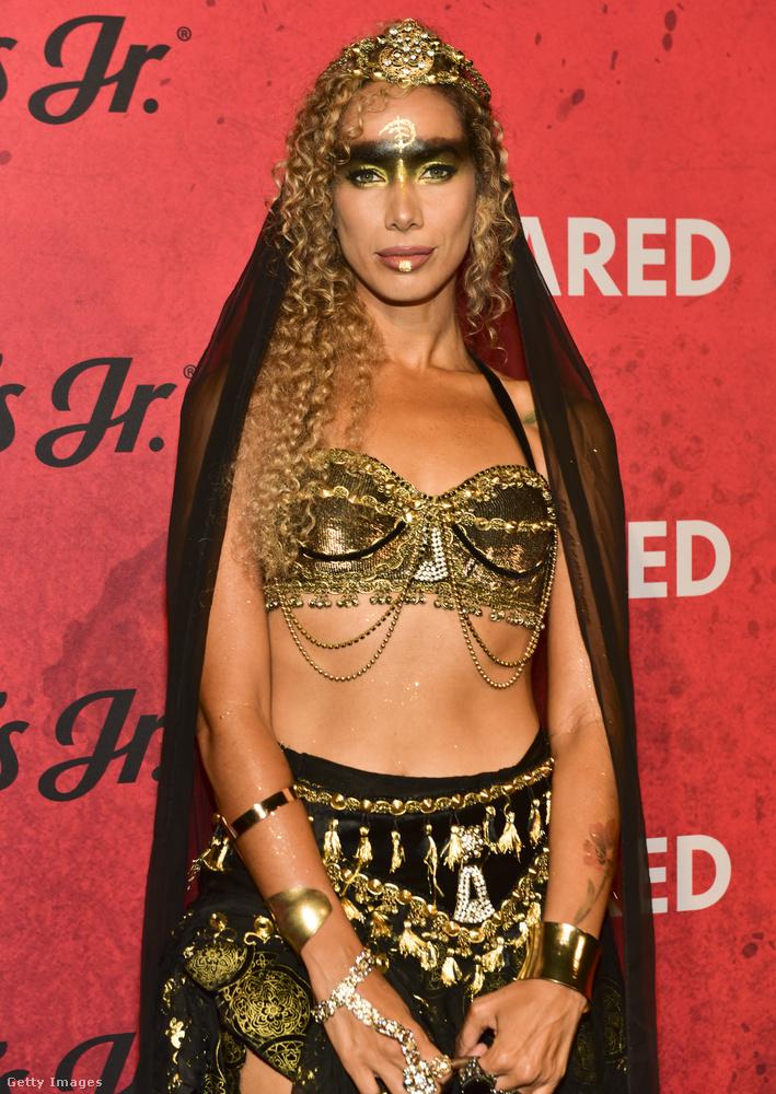 Ő Leona Lewis énekesnő aranyos-egzotikusban.
