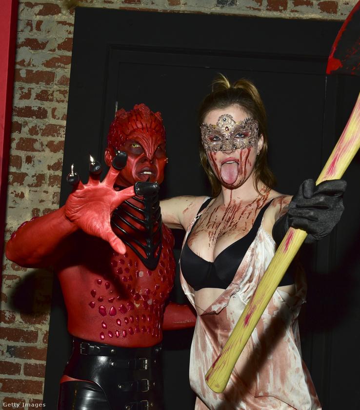 Halloweenkor azt is beengedik egy szórakozóhelyre, aki egy hatalmas baltát lóbál? Hát ha az illető Ireland Baldwin, akkor ezek szerint igen.