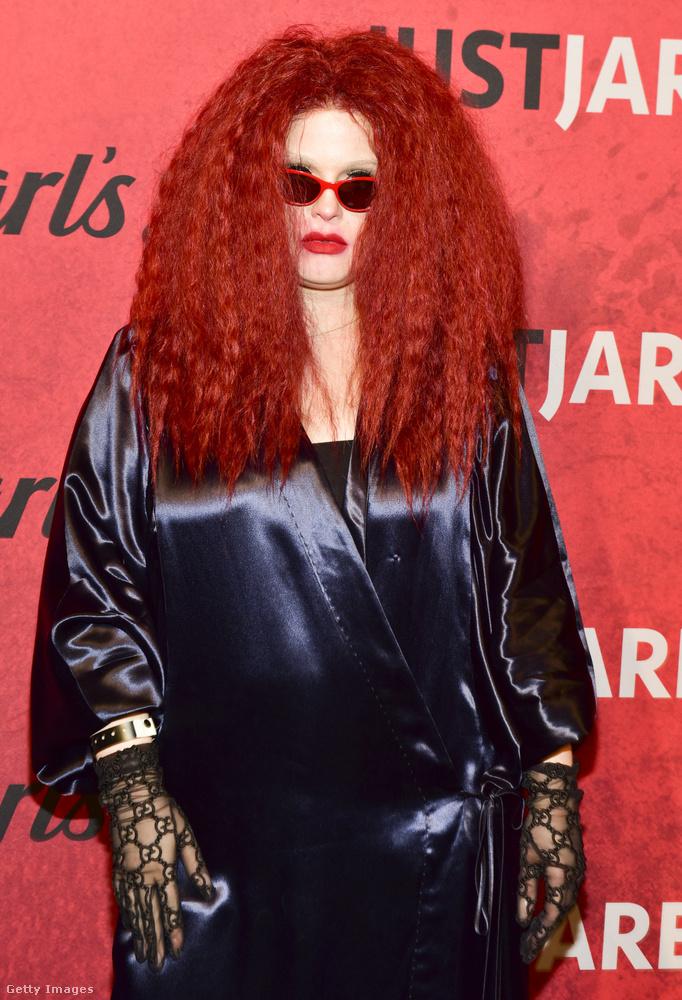 Őt egyáltalán nem lehet felismerni ebben a hacukában, de a képügynökség ragaszkodik hozzá, hogy ez Kelly Osbourne.