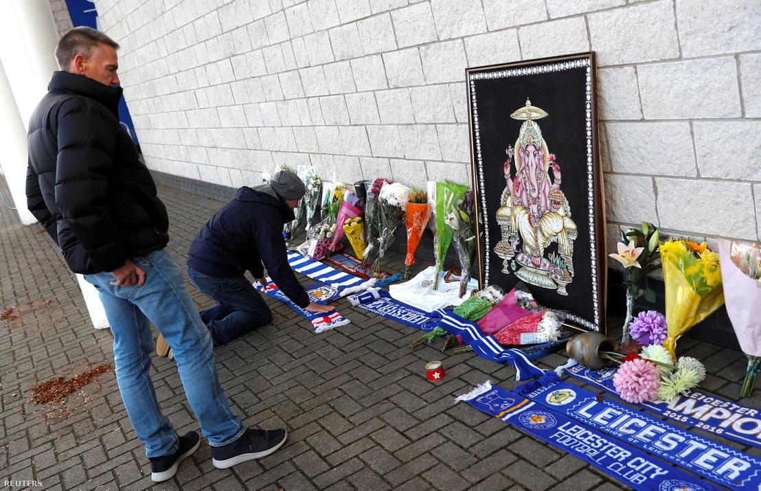 Gyászolók a Leicester stadionjánál