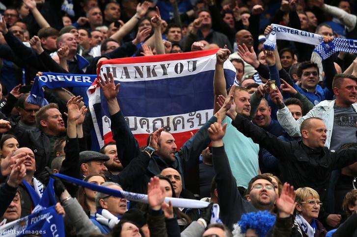 Leicester szurkolók mondanak köszönetet a klubelnöknek a Manchester United elleni meccsen 2016. május 1-jén.