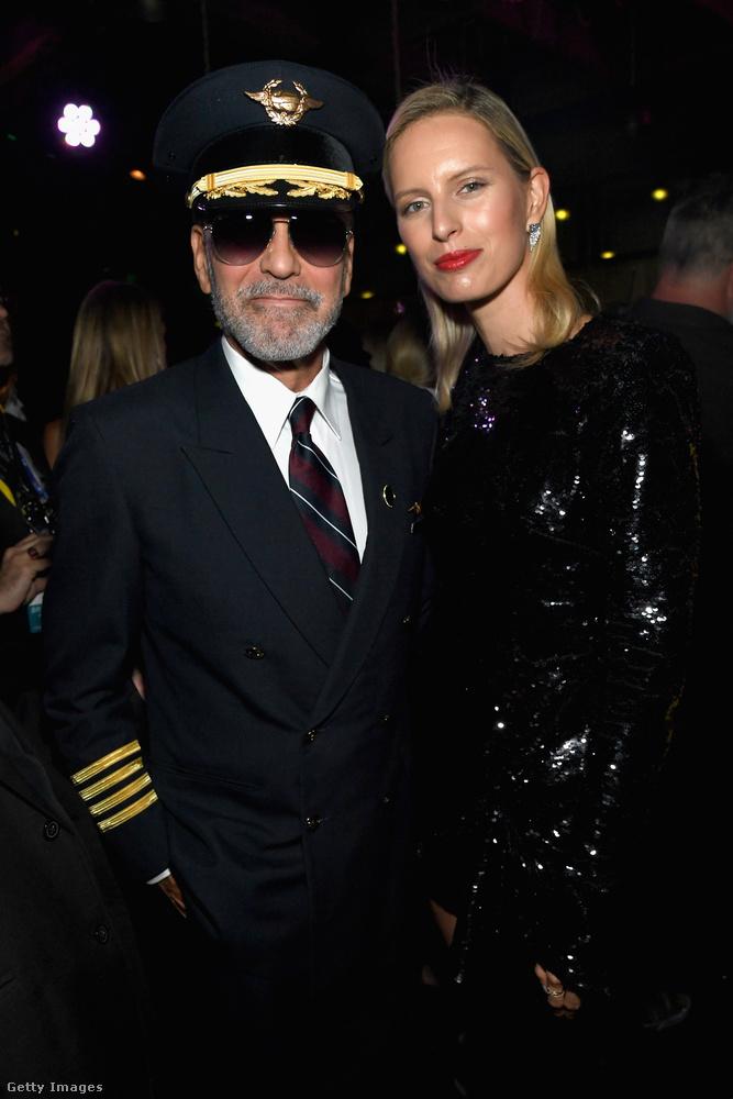 George Clooney bizonyára sokak álmát valósítja meg, amikor szexi pilótának öltözik, itt Karolina Kurková oldalán mosolyog