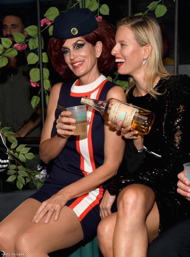 Ezen a fotón Cindy Crawford beleegyezik, hogy Karolina Kurková újratöltse a poharát