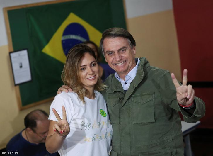 Jair Bolsonaro és felesége, Michelle pózolnak a fotósoknak, miuztán leadátk szavazatukat Rio de Janeiro-ban