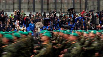 A magyar zászlót is felvonultatták Csehszlovákia megalakulásának centenáriumi ünnepségén