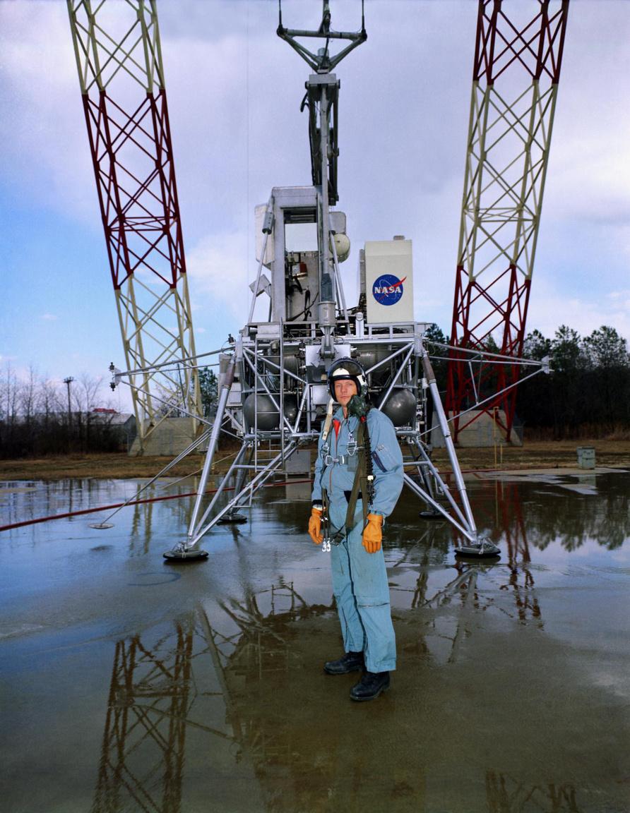 Neil Armstrong és az LLRV-1, 1969. február 12-én. Érdemes itt is összehasonlítani a filmbéli kosztümöt az eredetivel.