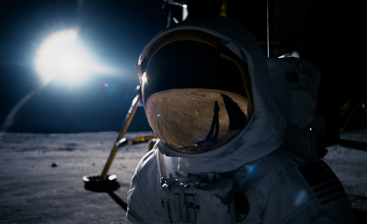 Ahogy mostanáig igazán csak Buzz Aldrin láthatta: Neil Armstrong a Holdon, a holdkomp társaságában. Az Apollo-11 holdsétái során ugyanis pár kivételtől eltekintve nem készült rendes fotó, csak nem túl jó minőségű, szemcsés filmfelvétel a küldetés parancsnokáról. A középformátumú Hasselblad fényképezőgép ugyanis szinte végig Armstrong kezében volt, így a NASA archív fotóin szinte kizárólag Buzz Aldrin látható különféle tevékenységek közben.