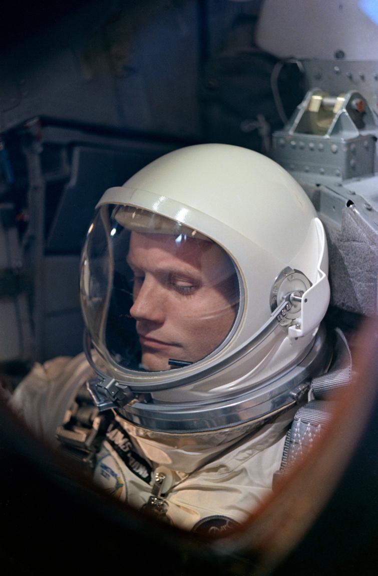 Egy remek portré, amit összevethetünk a fenti filmkockával: Neil Armstrong a Gemini-8 űrhajóban, amint az utolsó ellenőrzéseket végzi a start előtti visszaszámlálás során.