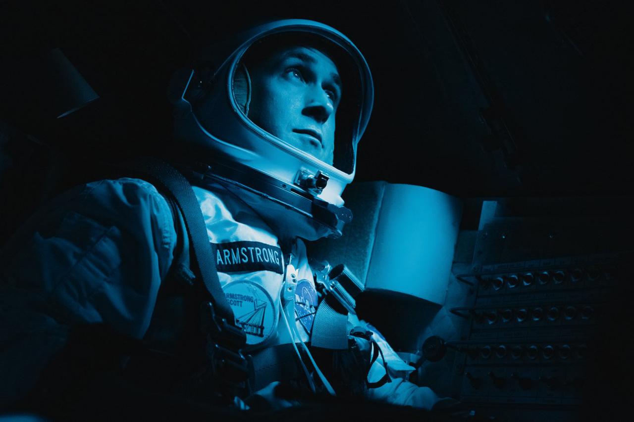 Pályakorrekció után az Agena pilóta nélküli űrhajót szabad szemmel kereső Armstrong a filmből.