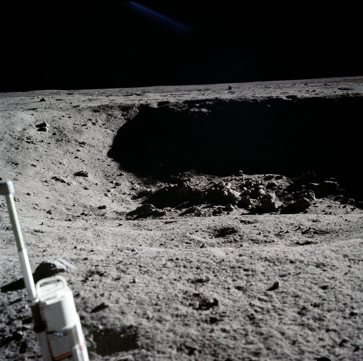 Egy biztos, és ez Hansen életrajzi könyvéből valamint a NASA mindent percről percre rögzítő jegyzőkönyveiből is kiderül: Armstrong valóban tett egy előre nem tervezett, magányos sétát egy kis, kb 30 méter átmérőjű kráterhez (Little West Crater), ahol pár percet töltött egyedül. Az űrhajós készített pár fotót a holdkomptól hatvan méterre lévő mélyedésről – ez itt az egyik képkocka.