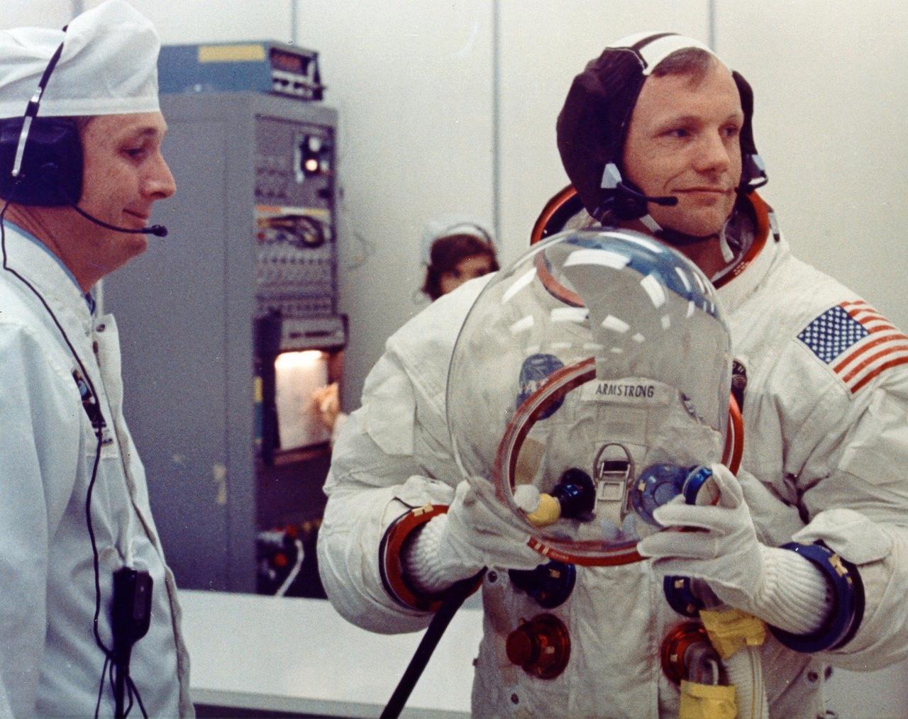 Az eredetihez mindenben tökéletesen hasonlító replikákat használtak a filmben, mint arról ez, a start napján, a beöltözésről készült eredeti NASA-fotó is tanúskodik.