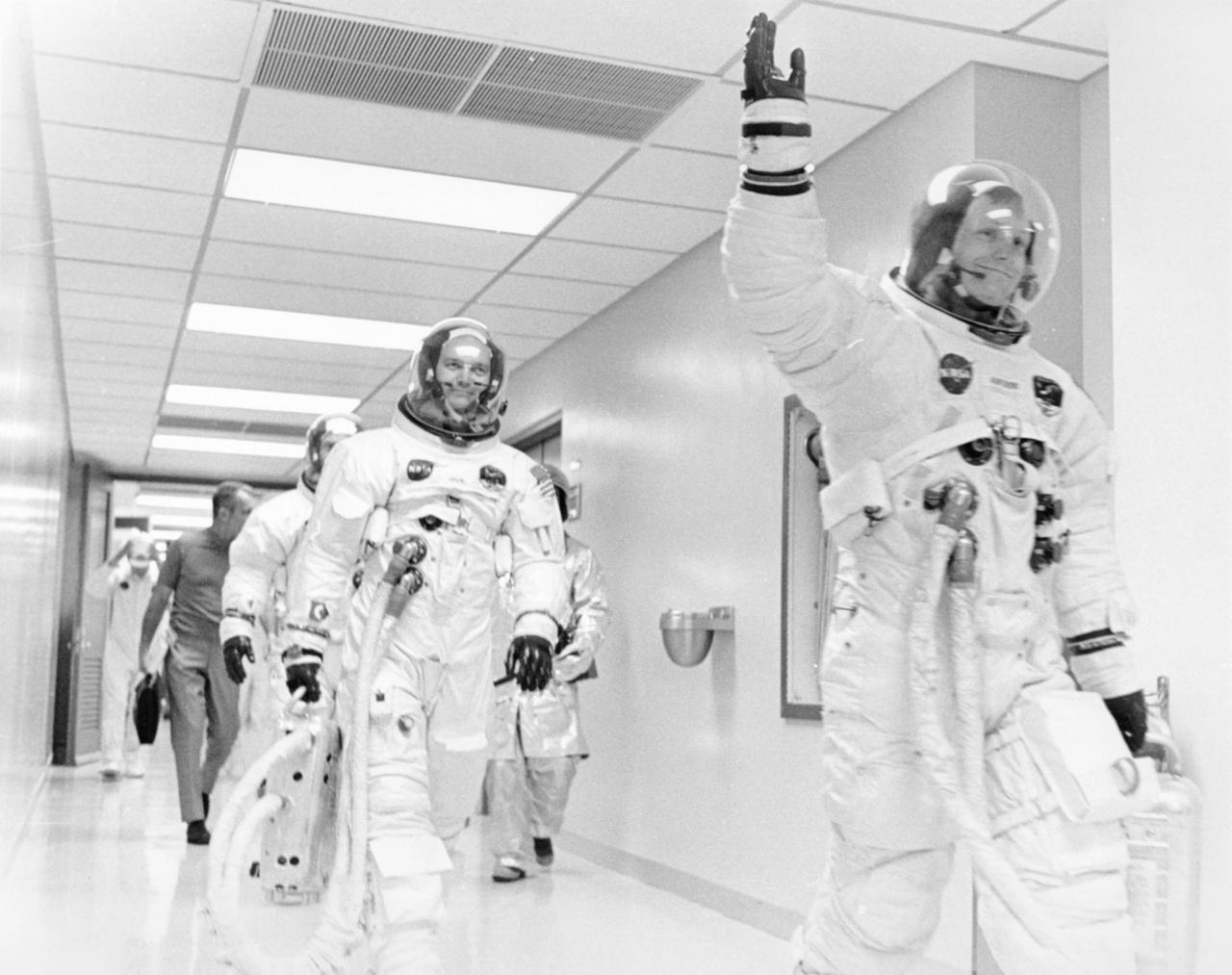 Armstrong, Collins és Aldrin úton az Apollo-11 űrhajó felé – a NASA archív képén.