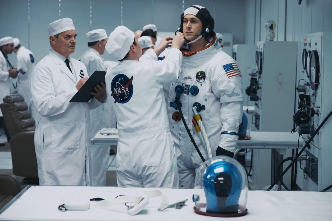 Ryan Gosling talpig űrruhában: a film talán legtökéletesebb, látványvilágában legprecízebben megfogalmazott jelenete. A legutolsó apró részlet is klappol, az összes filmes kellék a hlyén van, és minden 100 százalékig élethű, ahogy az a hivatalos NASA-fotókon látható.