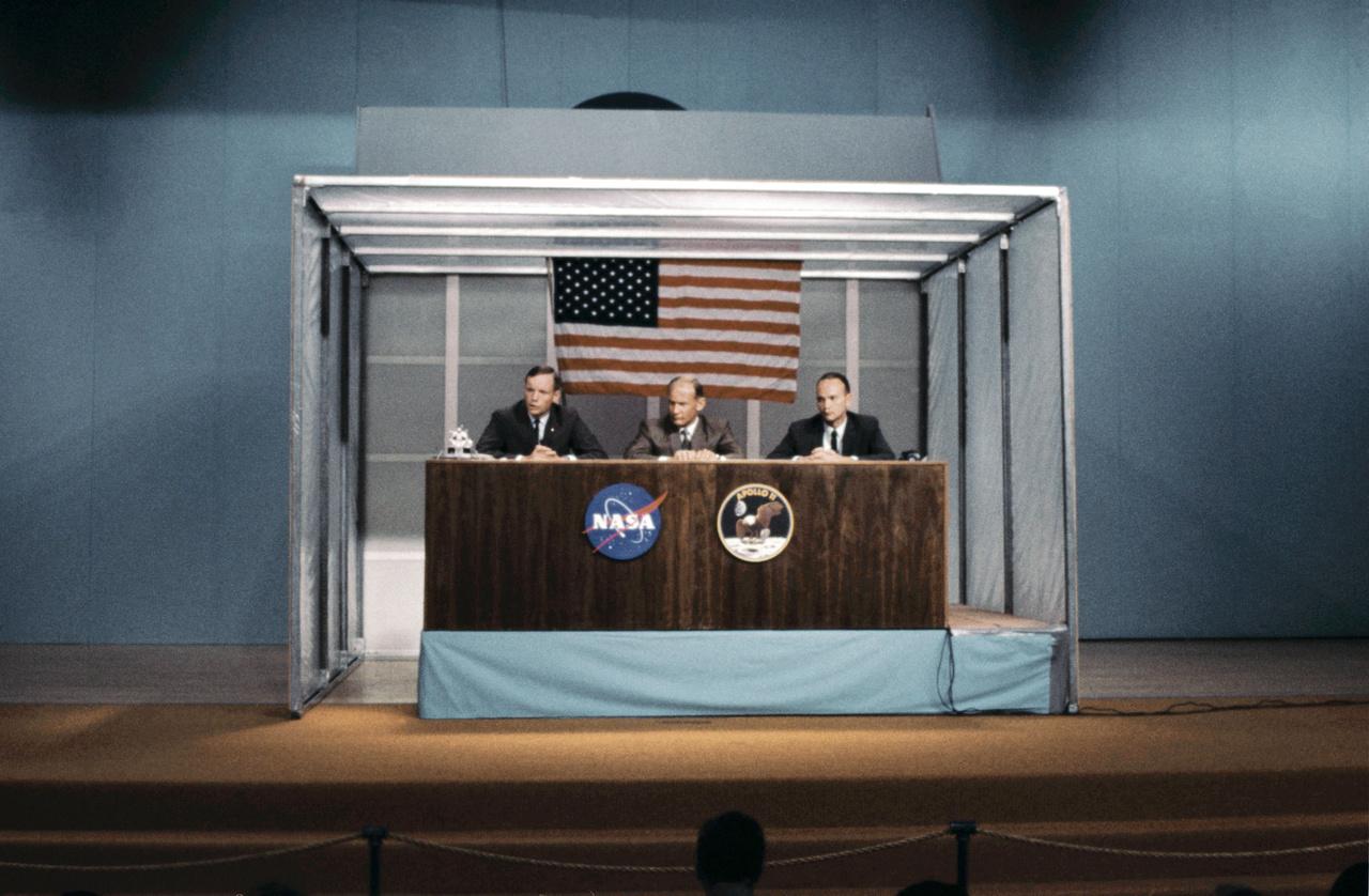 Az 1969. július 5-i sajtókonferencián  – ahogy az a filmben is látható – egy különös, dobozszerű építményben, viszonylag távol a tévésektől, újságíróktól, fotósoktól ült a három űrhajós. A doboz egyfajta elkülönítőként szolgált, hogy a kockázatos út elé néző Apollo-11 legénységét megóvja egy esetleges fertőzéstől.