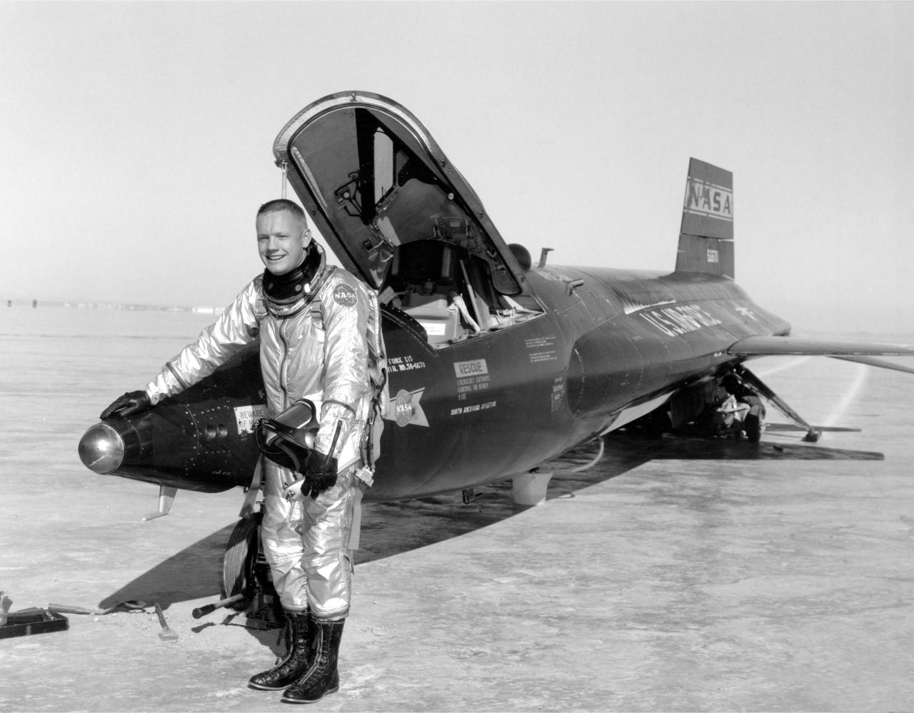 """Armstrong és a 66670 lastromjelű X-15-ös rakétarepülőgép, ami a program első prototípusa volt (a gép jelenleg a Smithsonian Intézet washingtoni múzeumában van kiállítva). A filmben ábrázolt picit túldramatizált jelenet 1962. április 22-én történt, javarészt azért valóban úgy, ahogy a forgatókönyv alapján a filmbe került. A film alapjául szolgáló életrajzi könyv (James R. Hansen: First Man, chapter 15: Higher resolve) szerint Armstrong aznap 63 kilométeres magasságig emelkedett a géppel, és ereszkedés közben párszor """"lepattant"""" a légkörről, de ez szándékos volt, mivel Armstrongnak egy speciális, gyorsulási terhelést mérő műszer tesztelése volt a feladata."""