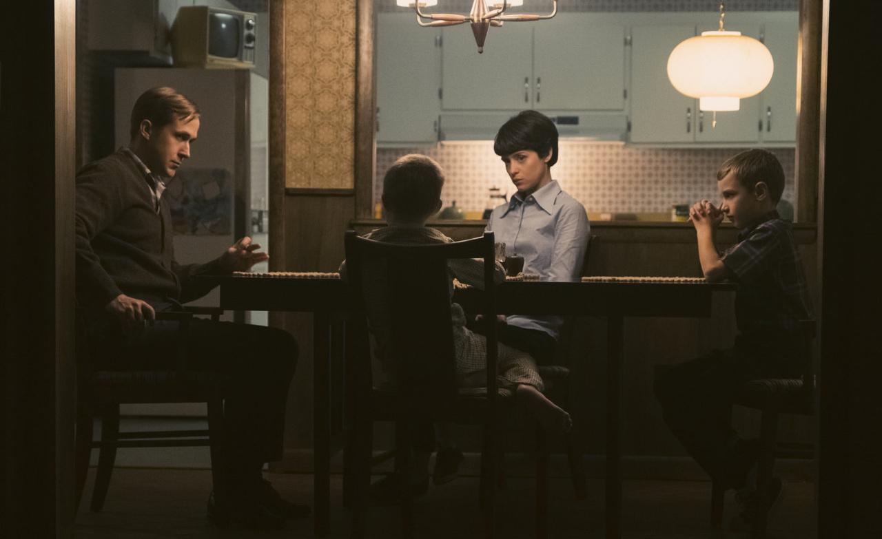 A film egyik igen feszült, drámai családi jelenete, aminek során Janet arra kényszeríti az útnak induló űrhajóst, hogy küldetése előtt beszéljen két fiával, készítse fel őket arra az eshetőségre, hogy elveszíthetik apjukat, hogy esetleg nem tér vissza élve a veszélyes küldetésből.