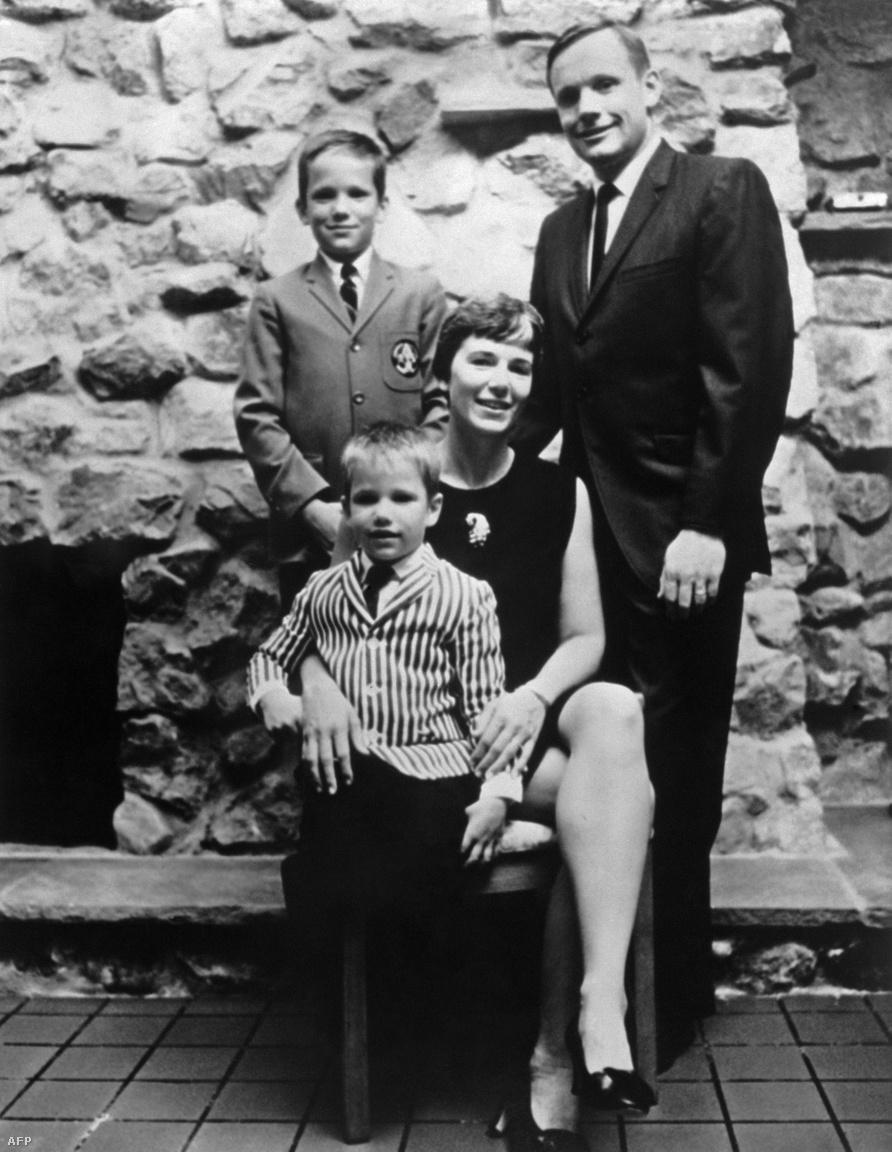 A fotó 1969. július 11-én készült Armstrongék házában, öt nappal a történelmi start előtt. A fentebb említett beszélgetésre valóban sor került, mint arról Rick és Mark Armstrong később egy lapinterjú során beszélt. A filmben látható jelenet megírásához a rendező konzultált is a két Armstrong-fiúval, az általuk elmondottakra alapozva forgatták le a szívszorító részt.