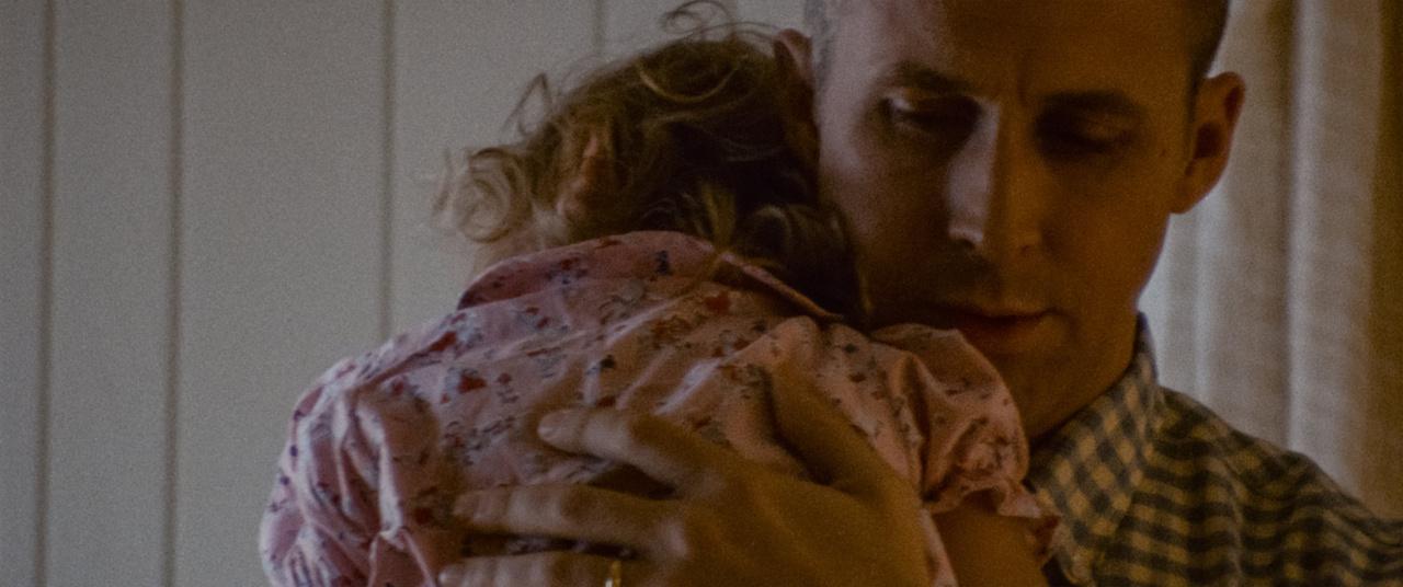 Neil Armstrong (Ryan Gosling) halálos beteg kislányával, Karennel
