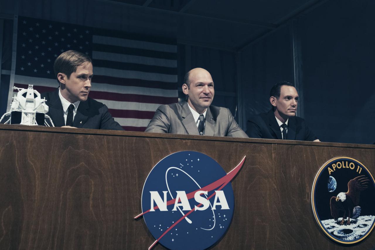 A film könnyedebb hangvételű jelenetei közé tartozik a repülés előtti sajtókonferencia, amin – csakúgy mint a valóságban – kidomborodott, hogy a legénység tagai közt Armstrong volt a szerény, introvertált típus, míg Buzz Aldrin a nagyszájú, vagányabb figura.
