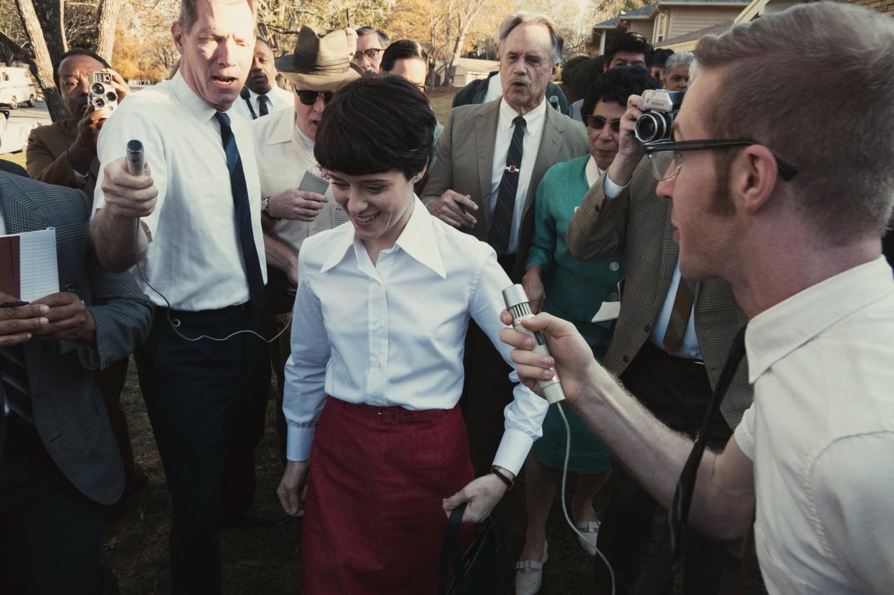 Janet Armstrong (Claire Foy) a sikeres holdraszállás után, riporterek gyűrűjében.