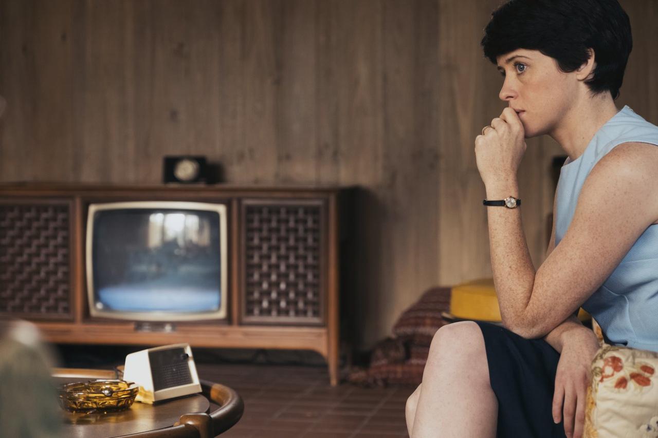 Képkocka a filmből: Neil felesége, Janet Armstrong (Claire Foy) a NASA által a lakásukba telepített vezetékes rádión feszülten hallgatja a Gemini-8 küldetés során az irányítóközpont és az űrhajósok közti kommunikációt.