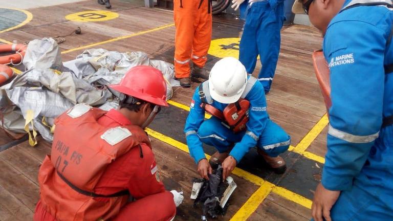 A tengerbe zuhant egy utasszállító gép Indonéziában