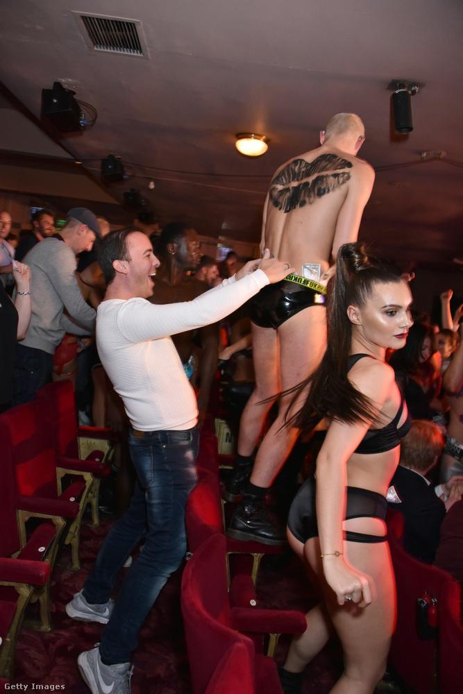 ...ezek a fotók akkor készültek, amikor a táncosok bementek a fináléban a közönség közé a hatékonyabb pénzgyűjtés érdekében.