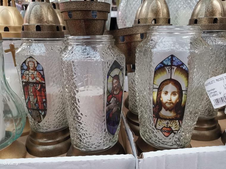 Aki műanyag angyalkák és olvadó keresztek helyett valami mást szeretne, az választhat képes gyertyát is, ezek olyan 400-600 forint közötti áron mozognak