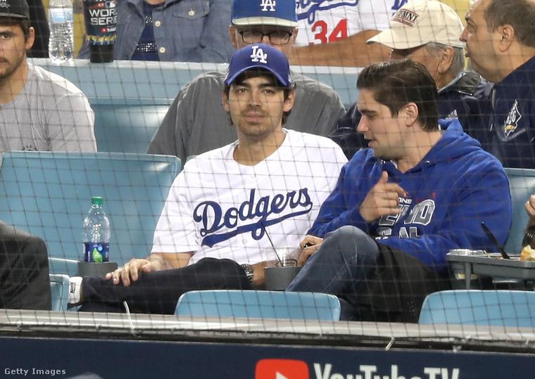 És Joe Jonas is kint volt, akit azonban a szerelme, Sophie Turner nem kísért el a mérkőzésre.