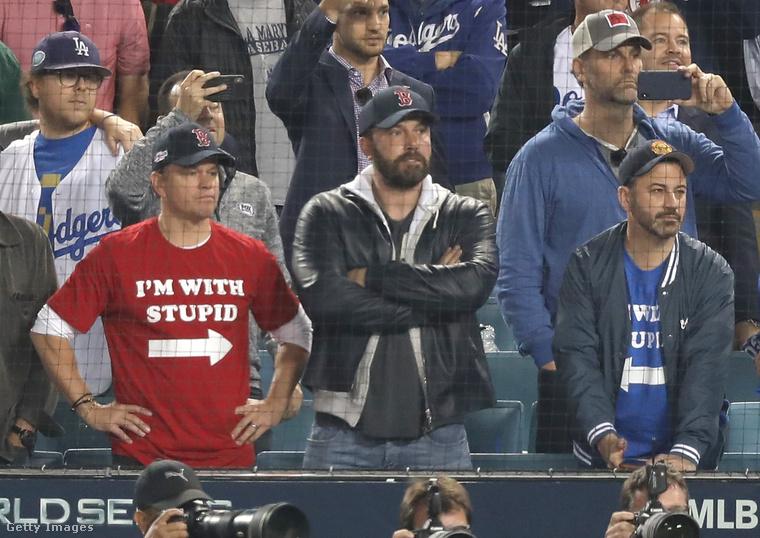 Na de nézzék csak Matt Damon és Jimmy Kimmel pólóját! Ami rá van írva, azt kb