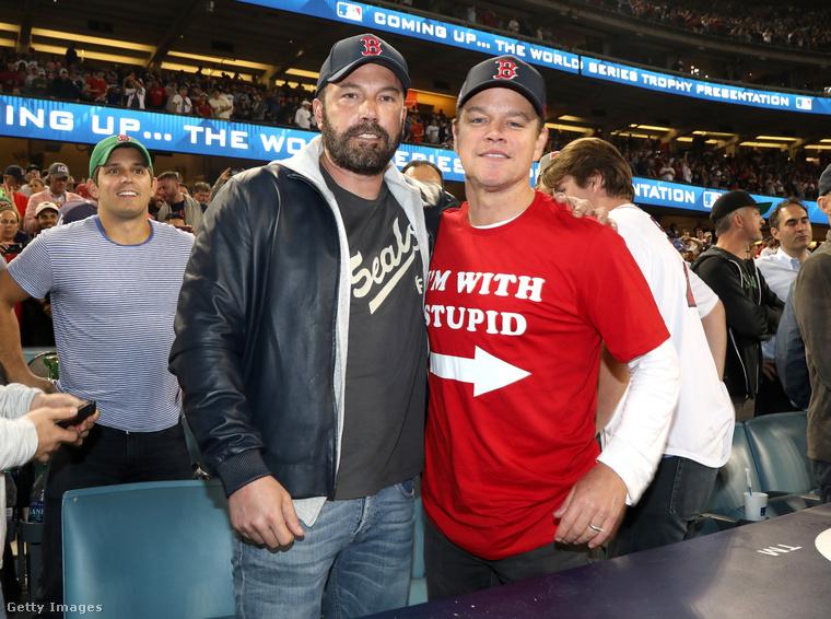 De a további fotók kedvéért Ben Affleck átállt Matt Damonnak a másik oldalára.