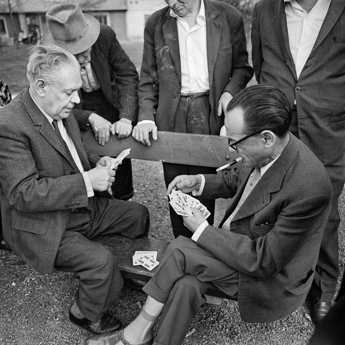 A kibicnek semmi sem drága – szól a mondás a kártya- és asztali játékok külső szemlélőiről, akik nem vállalnak kockázatot, kívülről okoskodnak bele a játszmába. Balla a Köztársaság téren (a mai II. János Pál pápa téren) örökítette meg őket 1962 környékén.