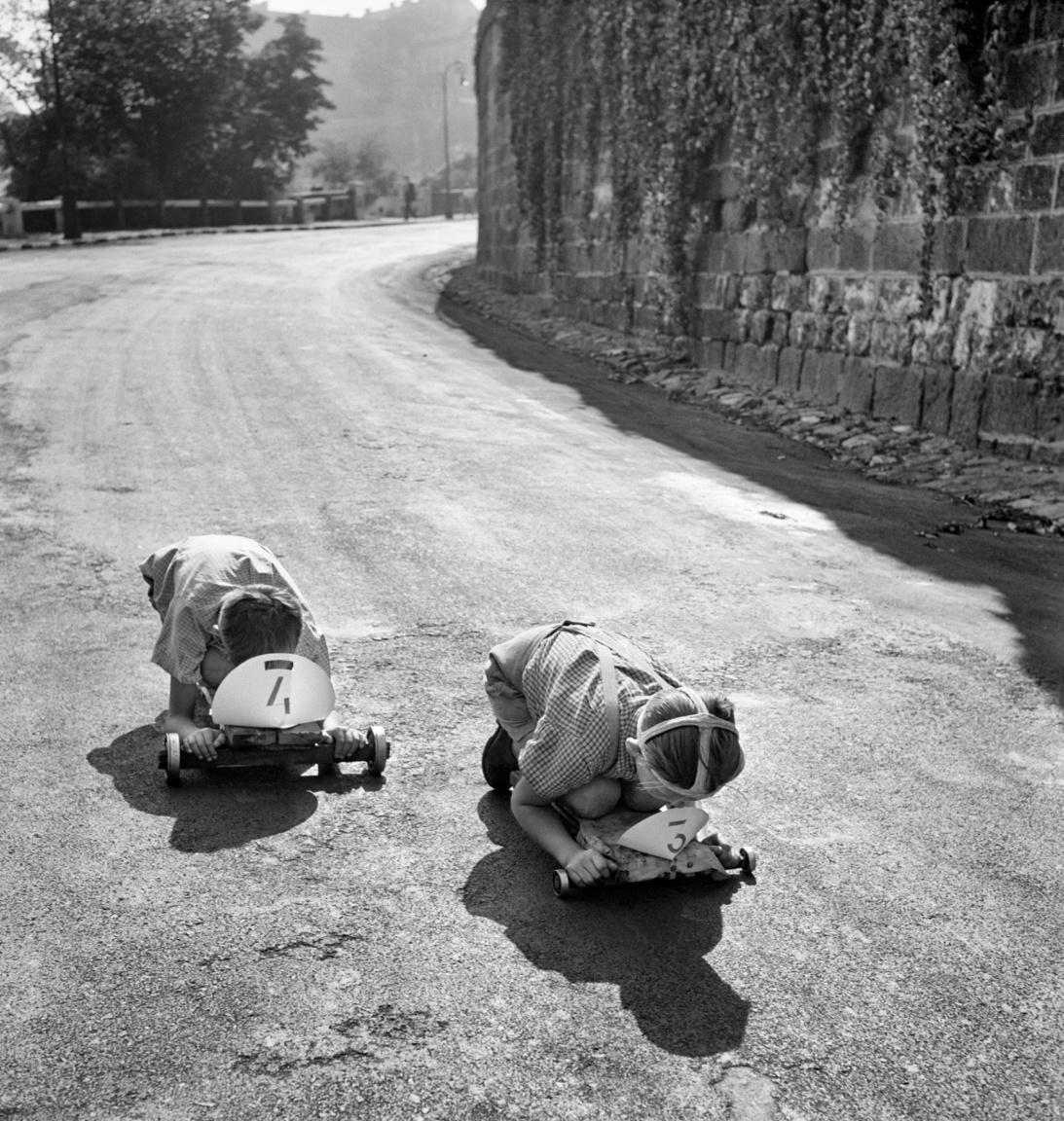 """A hatvanas években több aggodalmaskodó hangvételű újságcikk is megjelent a magyar sajtóban a deszkából és golyóscsapágyakból szerelt gokartokon száguldozó gyerekek balesetveszélyes játékáról. """"Két kis srác gurul lefelé. Kikötnek - a járdáról is legurulva - a sétány kellős közepén. Balról egy Volga fékez, jobbról egy teherautó sofőrje, és szórja a szitkot. Igaza van. Egy hajszálon múlott, hogy nem ütötte el a gyerekeket"""" – írta például 1969 nyarán a Pest Megyei Hírlap. A Délmagyarország 1968-ban egyenesen lélekvesztőnek nevezte a gyerekek járgányait. """"Szeretném remélni, hogy nem lesz divat a golyós-csapágyas gokart"""" – írta az újságíró. (Csapágyas deszka gokart verseny, 1960 körül.)"""