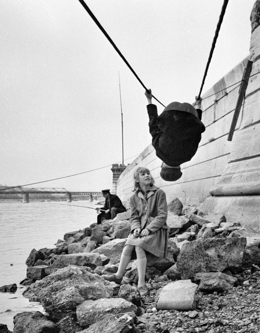 Tornamutatvány a Duna-parton, 1966 körül.