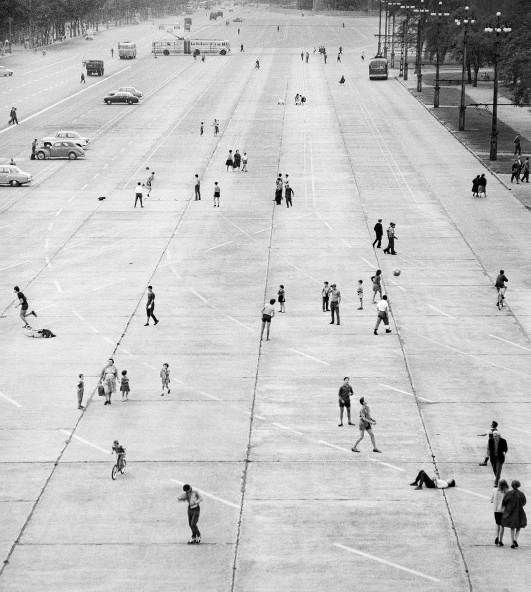 Gyerekek játszanak a Felvonulási téren (azaz a mai Ötvenhatosok terén) 1964-ben, a képeken szereplők öltözéke alapján a nyári vakáció ideje alatt.