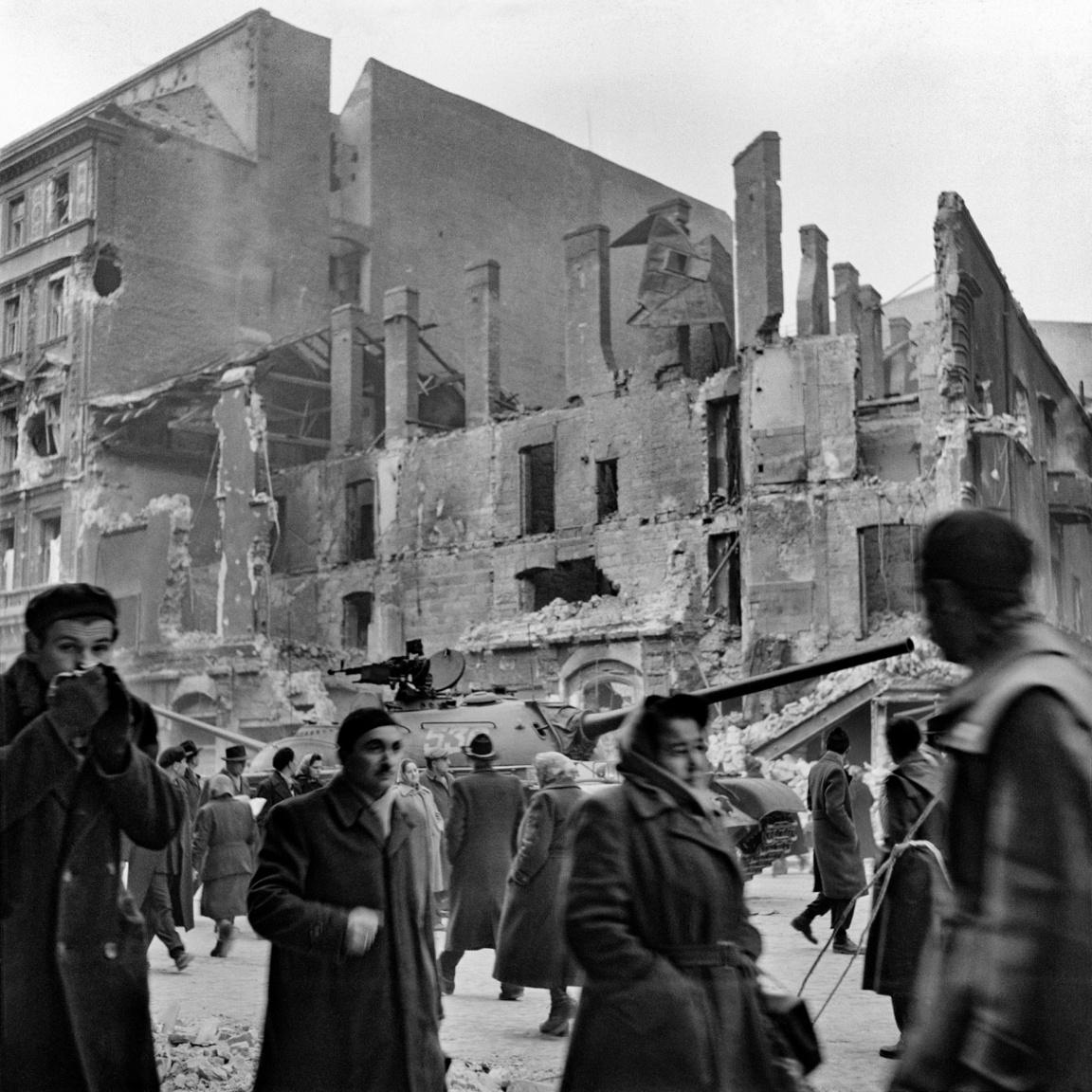 Balla 1956 októberében is fotózott: Sashalomról gyalogolt be Budapestre, hogy megörökítse a forradalmi tömeget, a szétlőtt várost, az utcákon elesettek holttesteit. A képeket a felszólítás ellenére sem adta le a hatóságoknak, amiért aztán munkahelyéről kirúgták. (Rákóczi út, 1956. október 29.)