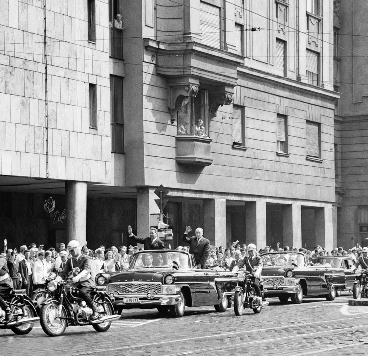 Brezsnyev és Kádár konvoja az Üllői úton, 1967. szeptemberében, amikor a két elvtárs aláírja az új magyar-szovjet barátsági, együttműködési és kölcsönös segítségnyújtási szerződést. Ballát egy alkalommal azzal vádolták: képeivel lejáratja a szocializmust.