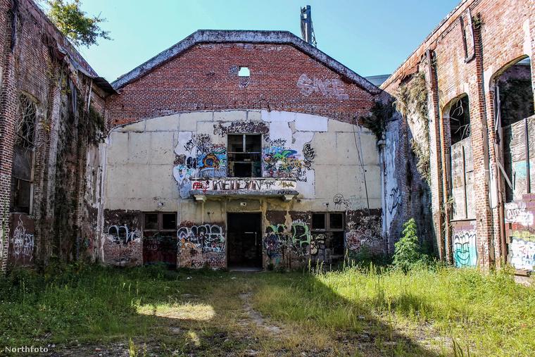 A Jacksonville-i Négyesszámú Általános Iskolát sokan csak Az Ördög Iskolájának nevezik, hiszen az épülethez olyan sok kísértettörténet kötődik.