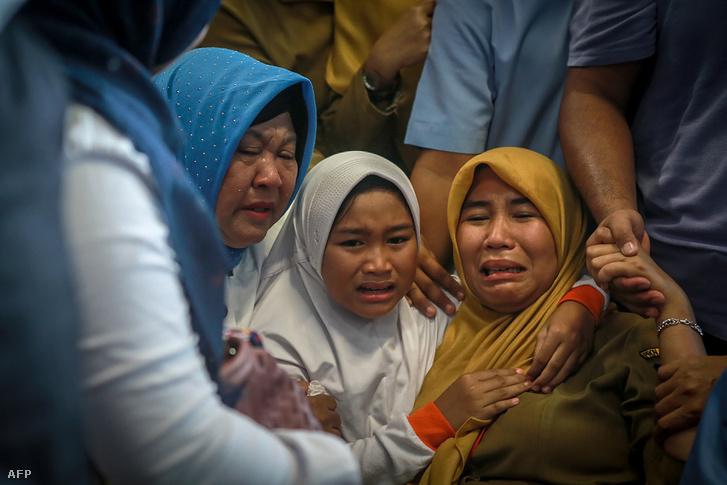A hatóságok tájékoztatása szerint 178 felnőtt, két gyerek és egy csecsemő utazott a személyzet mellett.