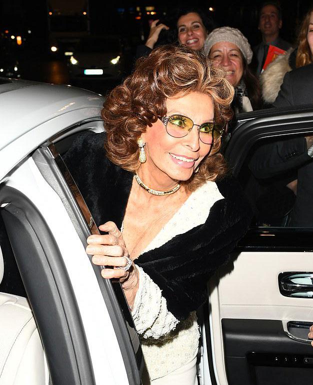 Sophia Lorent Londonban fényképezték le a fotósok, a legendás díva az Aldwych színházba volt hivatalos egy kérdezz-felelek rendezvényre.
