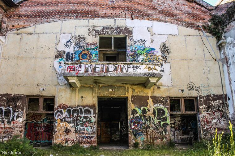 1999-ben egy rövid időre úgy tűnt, hogy a rohamosan pusztuló épületet lebontják és nyugdíjasházat építenek a helyére, ám néhány helytörténettel foglalkozó csoport összefogott, hogy műemléki védettséget kapjon az egykori iskola és ne lehessen lerombolni
