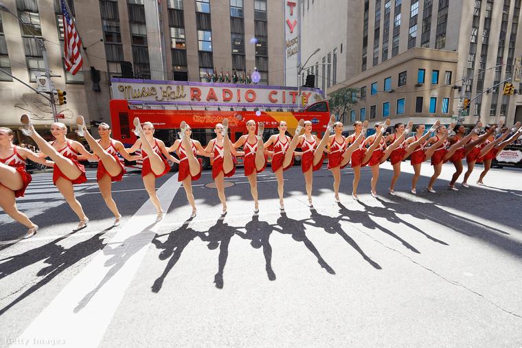 Ilyeneket csinál a Rockettes. Kate Beckinsale-nek is megy, csak neki tükörre van szüksége a mutatványhoz.