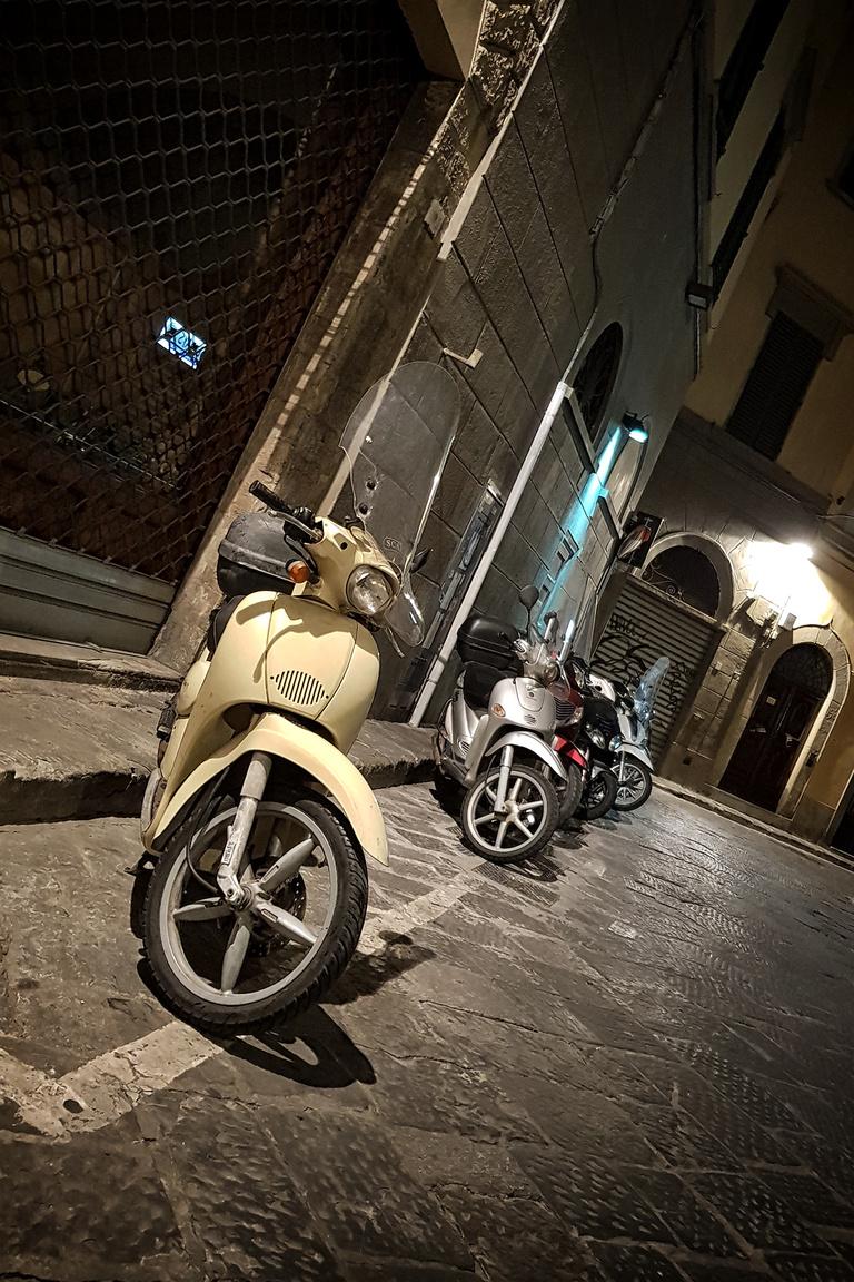 Érdekes, hogy itt északabbra arányaiban több az ilyen nagyobb kerekű, erősebb robogó, mint a Piaggio Scarabeo. Délen vegyesebb az összkép, pedig az Amalfi – partvidék hegyekkel szabdalt tájain igazán elkel a plusz erő és a nagyobb kerekek nyújtotta komfort, bár az utcák jóval szűkebbek arrafelé