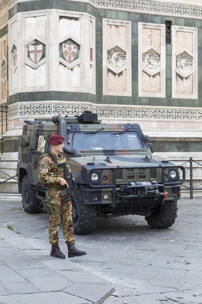 Olaszország válasza az idejétmúlt amerikai Humvee-re, az Iveco LMV. Nem sűrűn találkozni ilyen katonai járművel mifelénk, pedig több európai ország is ezt a Hummernél  jóval modernebb, modulárisan felépíthető, többcélú gépet állította rendszerbe. Még Oroszország is komolyan bevásárolt az eddig mintegy 4000 példányban gyártott, 6,5 tonnás súlyú, 185 lóerős common rail dízellel hajtott gépekből