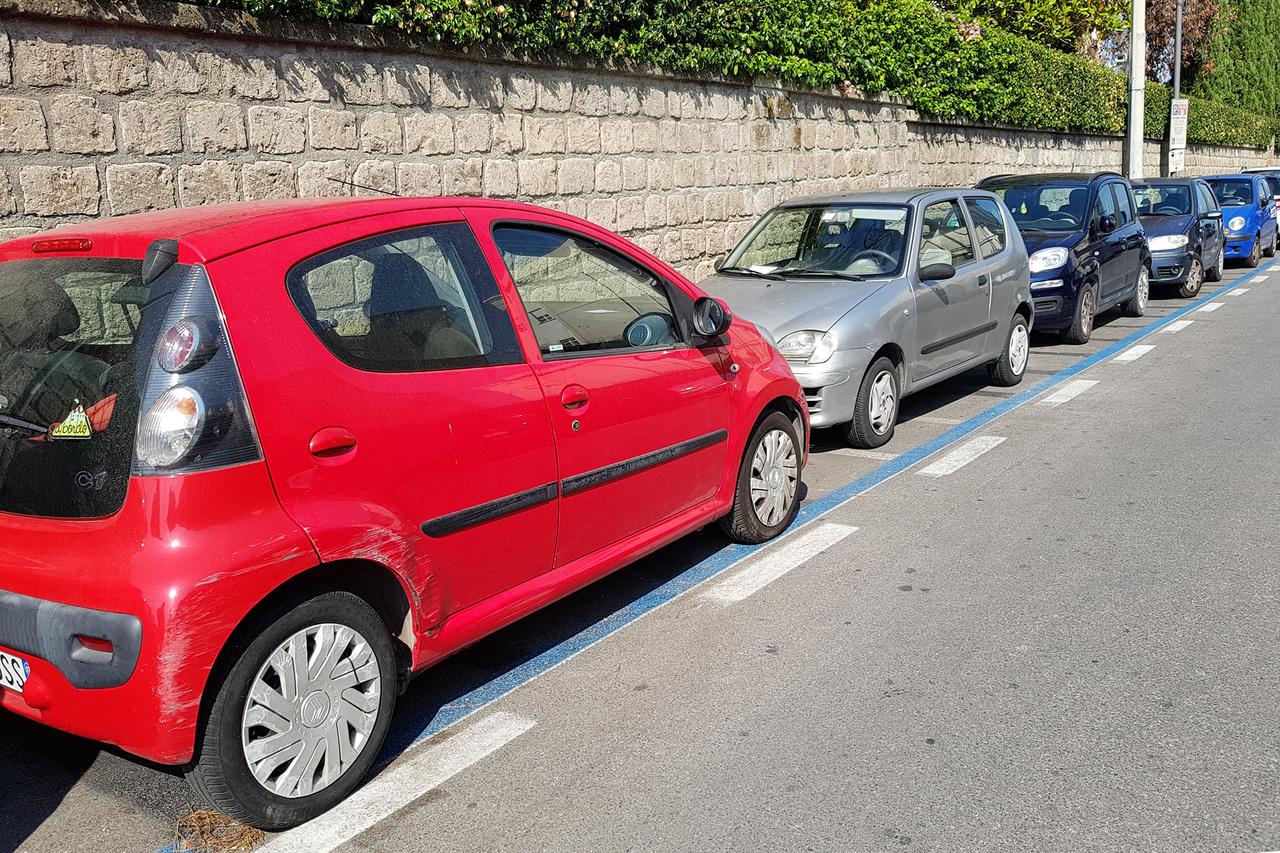 Ahogy a robogók, úgy a mini és kiskategóriás autók is nagyon népszerűek, ráadásul ahogy ezek a lökött népek közlekednek és parkolnak, az esztétikai hibák sem fájnak annyira, mint egy drágább autón. Ez a Citroen C1 még egészen tűrhetően néz ki  rengeteg sorstársához képest, a kis horzsolásaival