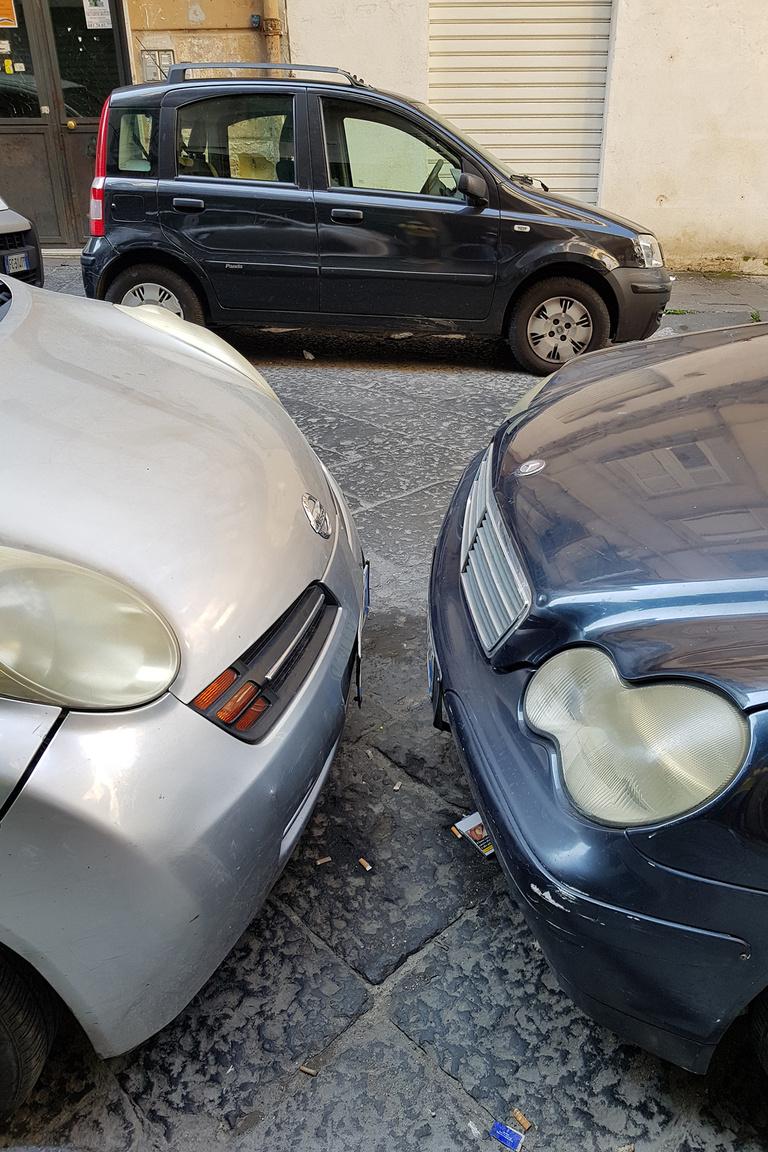 Innen állj ki, Fittipaldi! A sérülések jelentős része keletkezik parkolás közben. Ezt is tapasztaltam Spanyolországban, sok helyen az autó üresben parkol, kézifék nélkül, hogy arrébb lehessen lökni a másikat, ha szűk a parkolóhely. Ez itt mindennapos, bevett dolog