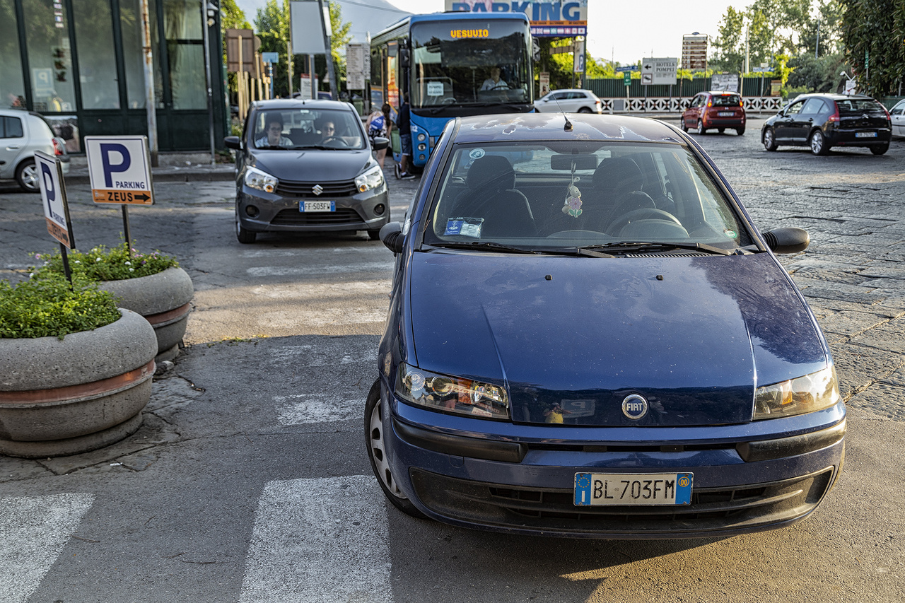 Leszarom tabletta bevéve. A mediterrán országok jellemzően hírhedtek a vezetési, pláne a parkolási kultúrájukról, de ez azért top 3 nálam. Andalúziában találkoztam körforgalomban parkolással nem egyszer, de ez... Dupla parkolás a zebrán, hosszában!