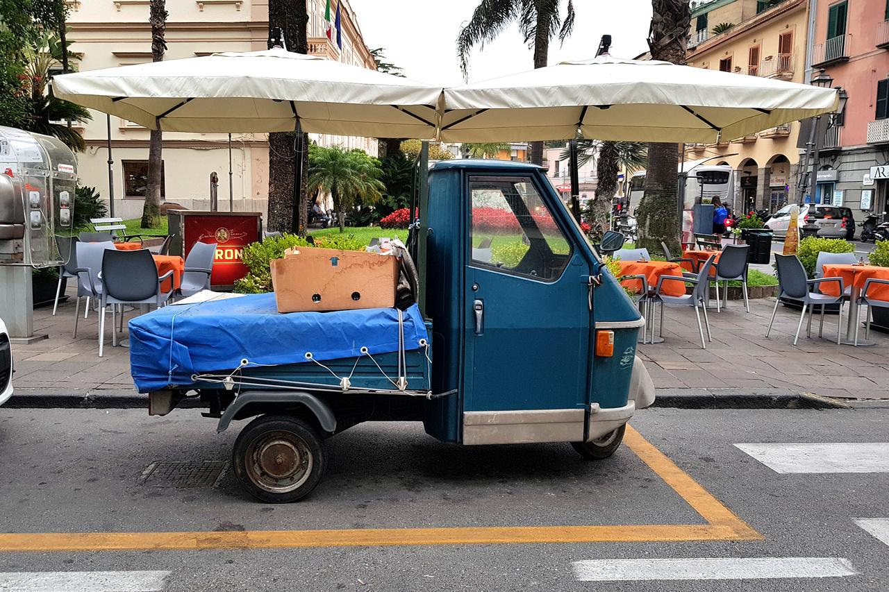 Nincsen olasz város, falu Piaggio Ape nélkül. Ez legalább olyan olasz, mint az Aperol Spritz vagy az igazi, nápolyi pizza. Ezek a kis mutáns jószágok mopedek és nagytestű robogók egyben, zajosak és gyengék, de nem esik beléjük az eső és olyan szűk helyekre, sikátorokba is lehet velük árut szállítani, ahol egy normális kisáruszállító régen beszorulna