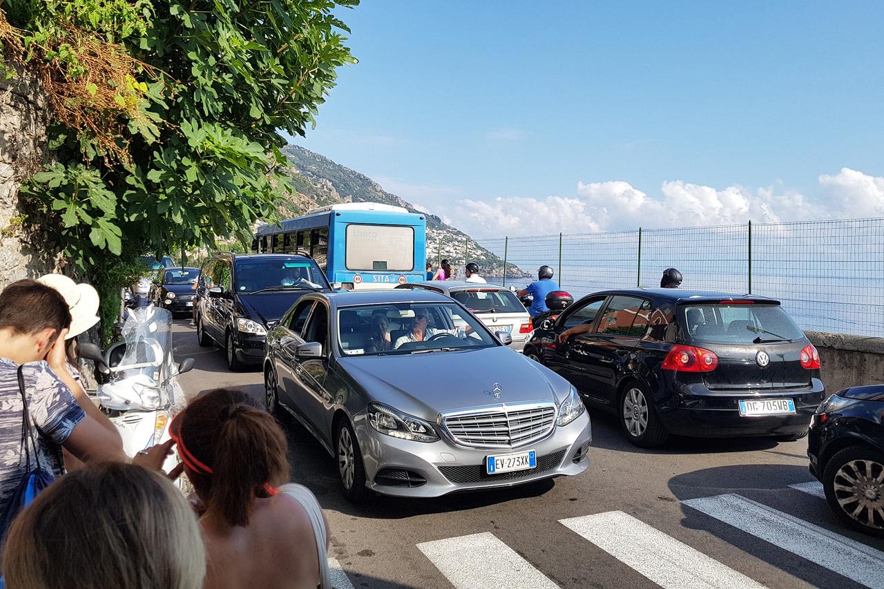 Az Amalfi – partvidéket jellemzően hajóról csodálják a turisták, ám érdemes időt szánni egy buszos utazásra is. Egyrészt szemtelenül olcsó, másrészt lélegzetelállító és nem kicsit paráztató látvány a sziklák tetején végigkanyarogni a szerpentineken és más szemszögből is megcsodálni a környéket. Igaz, az iszonyatos forgalommal számolni kell. Ez a 30 cm-es padka egy buszmegálló, a kanyarokban pedig nem igazán fér el két busz egymással szemben haladva