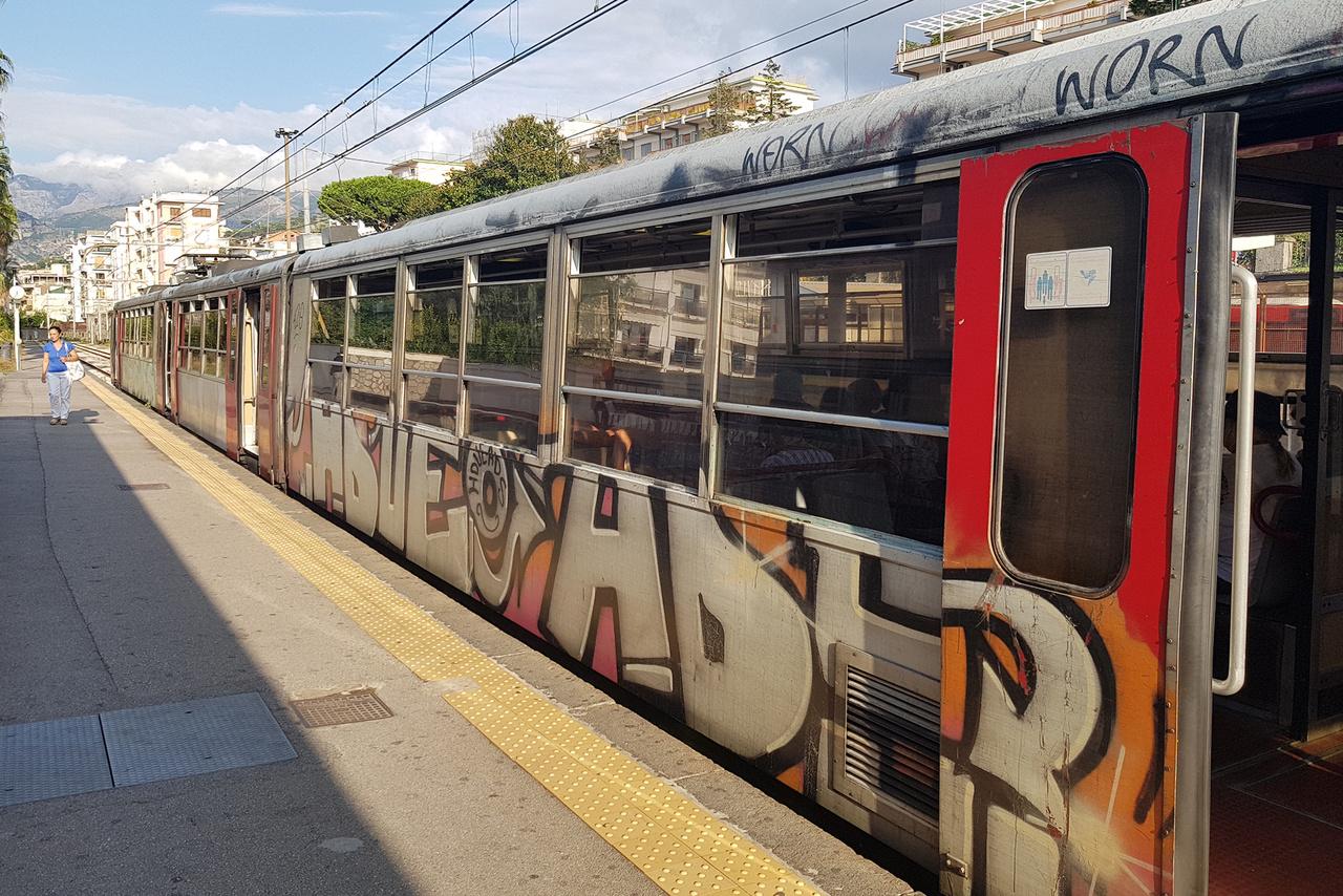 A mi HÉV-ünket megszégyenítően lepukkant, keskeny nyomtávú regionális vonatok járnak Sorrento és Nápoly között. Fillérekért lehet így utazni, cserébe legalább lassú és szutykos, de hatékony közlekedési mód a vidék bejárására